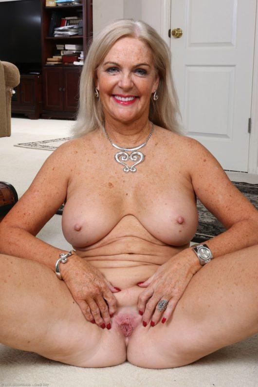 Huge mature milf sexy tit